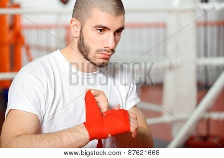 Sportsman binds boxing bandage