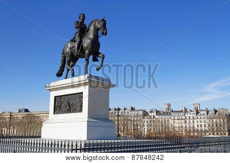 Statue in Square du Vert Galant