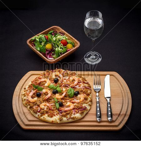 Tuna Pizza With Shrimp, Salad And Water
