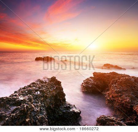 Schöne seelandschaft. Natur-Zusammensetzung der Sonnenuntergang.