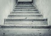 Постер, плакат: Абстрактное фото старых деревянных лестниц