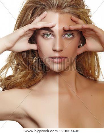 Retrato de una bella mujer joven con el pelo rizado largo Rubio usando maquillaje natural tocándola