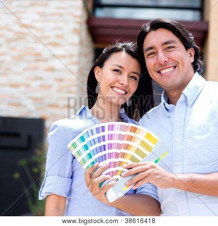 Par pintar su casa y sosteniendo un Pantone