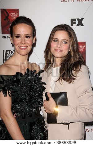 LOS ANGELES - OCT 13:  Sarah Paulson, Amanda Peet arrives at the