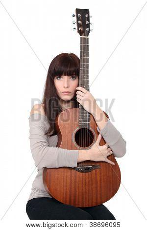 Mujer morena con guitarra