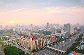 Постер, плакат: зданий дорога с накладными пересечения автомобили автобусы в Санрайзе в Гуанчжоу Китай