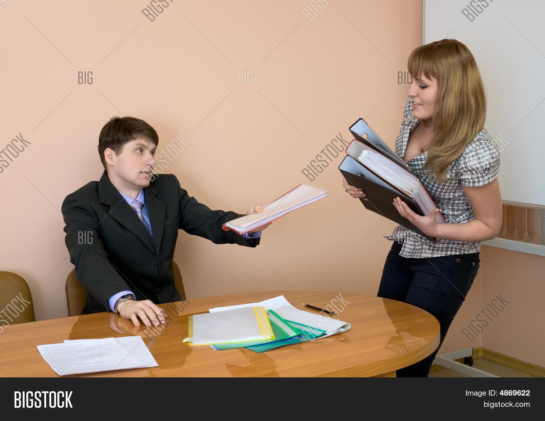 Секретарша дала директору 17 фотография