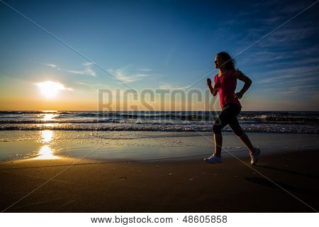 Adolescente, correr, saltar na praia