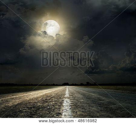 Céu dramático sobre uma estrada de asfalto
