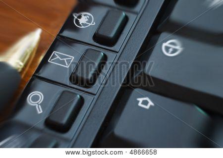 Multimedial Keyboard Buttons