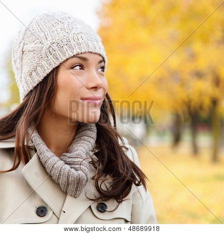 Pensando en otoño mujer mirando caída bosque sonriendo feliz caminar en colorido outdoo de follaje otoñal