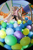Постер, плакат: Мальчик играет в игровая площадка красочные мяч бассейн