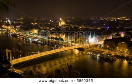 elisabeth´s bridge in the night