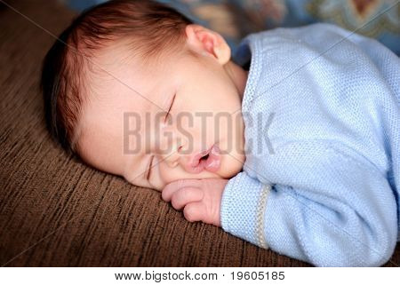 Una hermosa bebe tomar una siesta