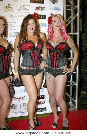 LOS ANGELES - OCT 9: Unidentified Whiskey-Mädchen kommen bei der 4. jährlichen Leder trifft Spitzen-Veranstaltung am