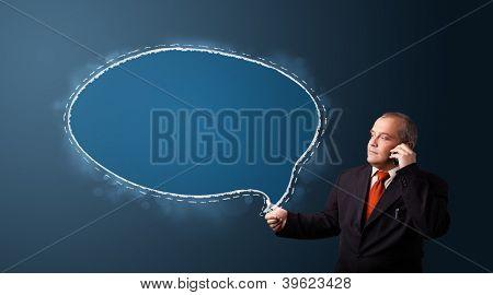 empresário em terno fazer chamada de telefone e apresentar o espaço de cópia de bolha do discurso
