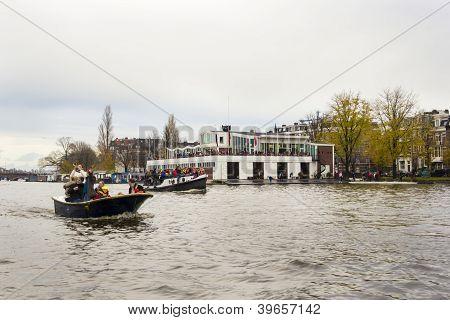 Amsterdam, Holanda - 18 de novembro de 2012 - trompetista jogando em um barco transportando pessoas cumprimentar