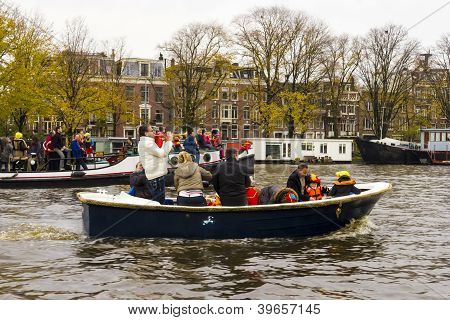 Amsterdam, Países Baixos - 18 de novembro de 2012 - trompetista jogando em um barco