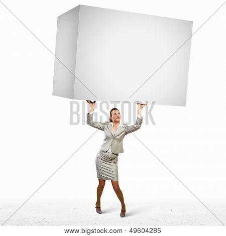 Bild von Business Woman holding schwere white Cube über Kopf