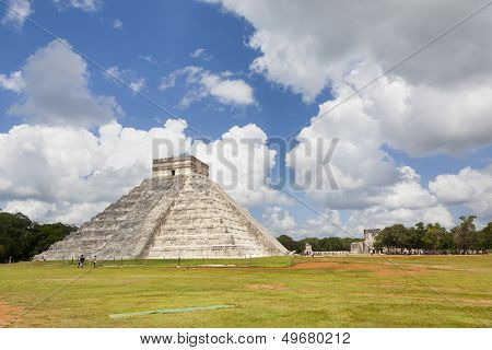 CHICHEN ITZA, MEXICO - AUGUST 8: people visiting de pyramid on August 8, 2013 in Chichen Itza, Yucatan, Mexico