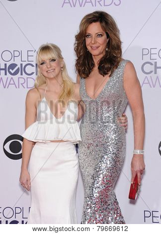 LOS ANGELES - JAN 07:  Anna Faris & Allison Janney arrives to the People's Choice Awards 2014  on January 7, 2015 in Los Angeles, CA