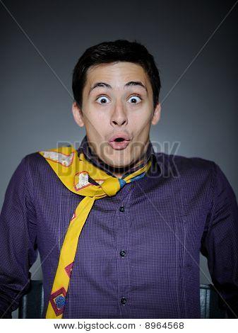 Expresiones empresario guapo en camiseta divertida y empate sorpresa y risa