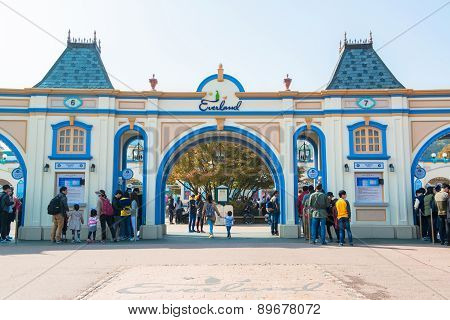 EVERLAND, YONGIN, KOREA - OCTOBER 25 : The unidentified tourists are travelling and enjoy shopping o