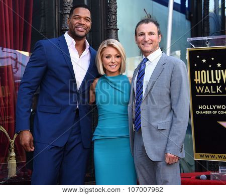 LOS ANGELES - OCT 12:  Kelly Ripa, Michael Strahan & Michael Gelman arrives to the Walk of Fame honors Kelly Ripa on October 12, 2015 in Hollywood, CA.