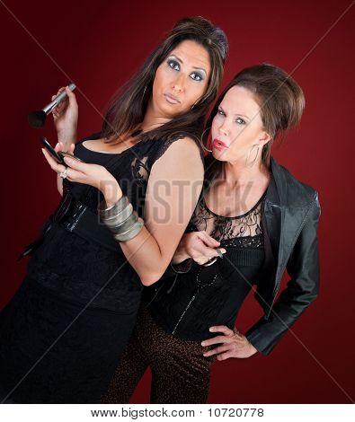 Dos mujeres de amas de casa de estilo Jersey hacen maquillaje y uñas