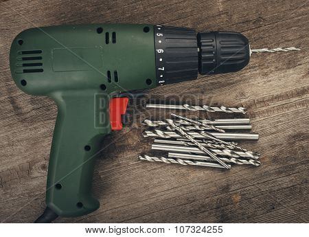 Drill and set of drill bits