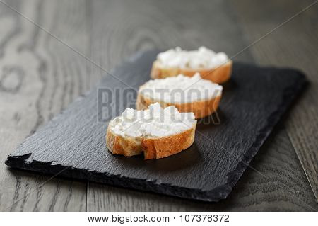 crunchy baguette slices with cream cheese