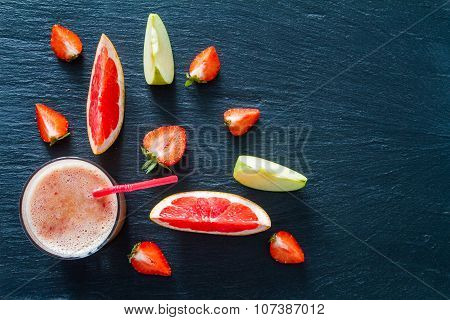 Apple grapefruit and strawberry smoothie ingredients