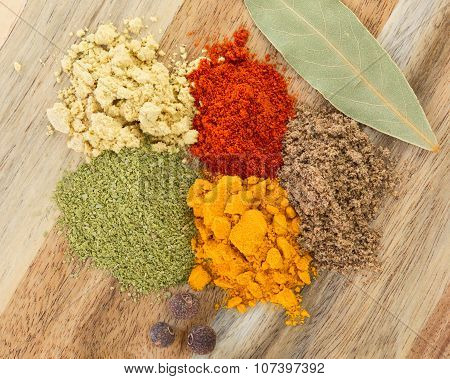 The powders of: bay leaf, turmeric, mustard, red paprika and nutmeg