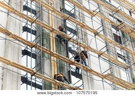 Building construction with scaffolding