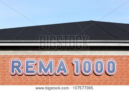 Rema 1000 logo on a facade