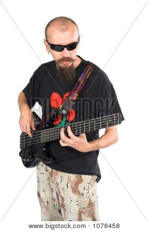Músico bajista con cinco cuerdas bola doble eléctrico faros