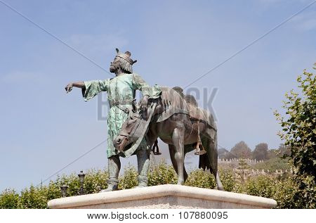 Bronze sculpture of a king down from his horse.