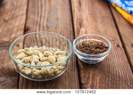 Cashew and raisins