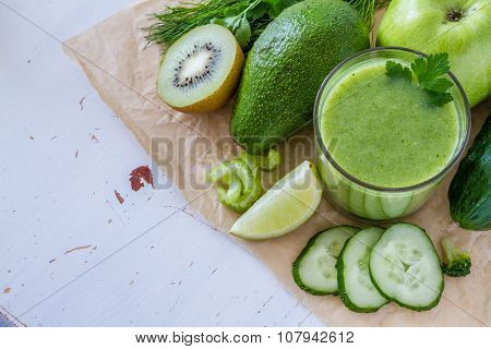 Green smoothie and ingredients