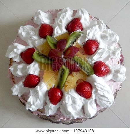 Strawberry kiwi and pineapple cream pie