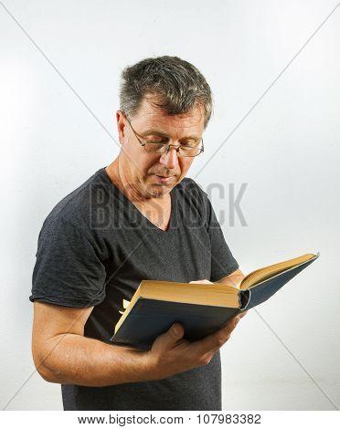 Mann Liest Und Blättert In  Einem Buch