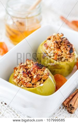 Staffed apples with oatmeal and dried apricot, honey