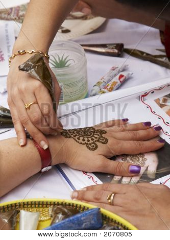 Henna Tattooing 3-3