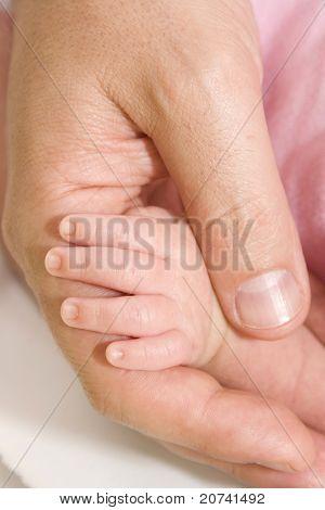 Vaters und Babys Hände
