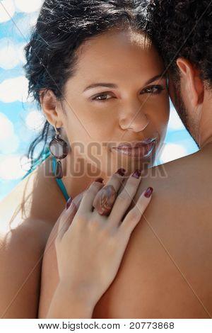 Pareja joven haciendo de luna de miel en el Resort