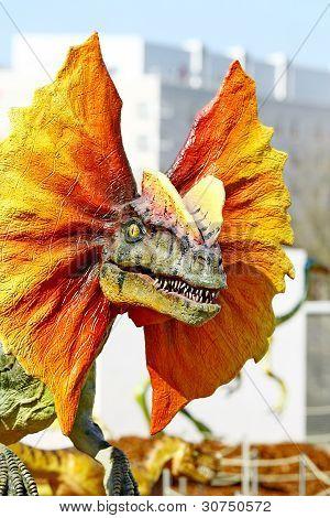 Dinossauro dilophosaurus com gola laranja