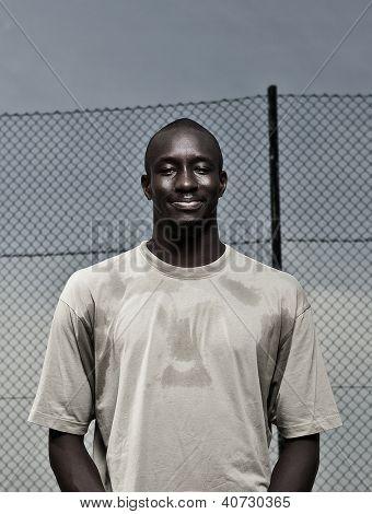 Retrato ao ar livre de um homem jovem afroamerican