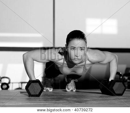 Exercício de flexão de força do ginásio mulher push-up com halteres em um treino
