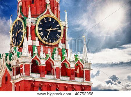 Torre Spasskaya com relógio. Rússia, Praça Vermelha, Moscou