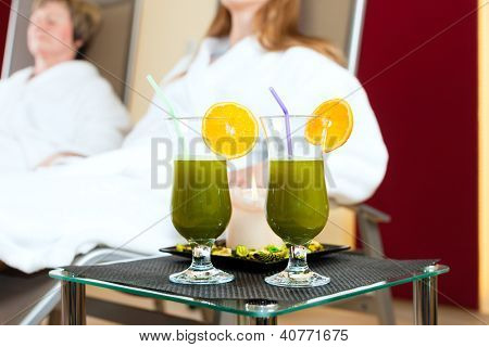 Chlorophyll-Shake in spa are on table, people are in Background